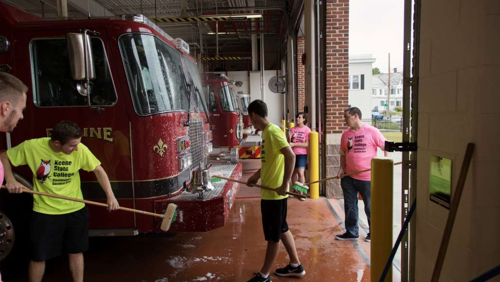 Students wash fire engine